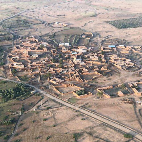 Vue sur village pittoresque depuis le ballon Maroc Montgolfière