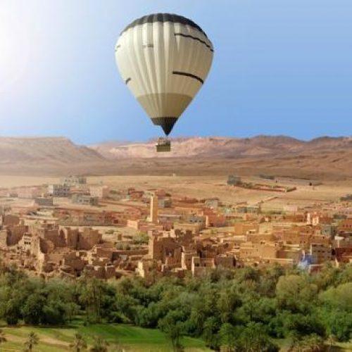 Le ballon Maroc Montgolfière survole un village près de Marrakech